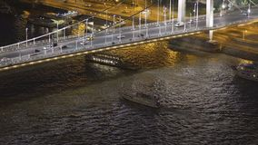 Σκάφη γύρου που πλέουν με τον ποταμό Δούναβη κάτω από τη γέφυρα αλυσίδων, Ουγγαρία, που εξισώνει την άποψη φιλμ μικρού μήκους
