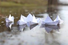 Σκάφη εγγράφου Origami που πλέουν στον ποταμό Στοκ εικόνες με δικαίωμα ελεύθερης χρήσης