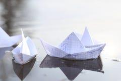 Σκάφη εγγράφου Origami που πλέουν στον ποταμό Στοκ εικόνα με δικαίωμα ελεύθερης χρήσης