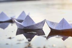 Σκάφη εγγράφου Origami που πλέουν στον ποταμό Στοκ Εικόνες