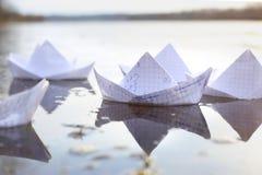 Σκάφη εγγράφου Origami που πλέουν στον ποταμό Στοκ Φωτογραφία