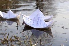 Σκάφη εγγράφου Origami που πλέουν στον ποταμό Στοκ φωτογραφία με δικαίωμα ελεύθερης χρήσης