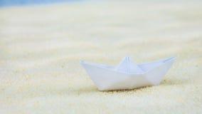 Σκάφη ενός άσπρα θολωμένα εγγράφου στην άμμο Στοκ Εικόνα