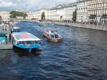 Σκάφη εξόρμησης στον ποταμό Fontanka Η άποψη από τη γέφυρα Anichkov στο ST Peters Στοκ φωτογραφία με δικαίωμα ελεύθερης χρήσης