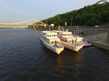Σκάφη ευχαρίστησης στον ποταμό Dnipro, Kyiv, Ουκρανία Στοκ φωτογραφία με δικαίωμα ελεύθερης χρήσης