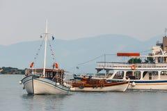 Σκάφη και αλιευτικά σκάφη στο λιμάνι Elounda Στοκ Εικόνες