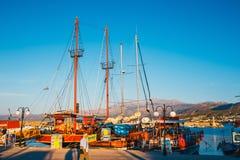 Σκάφη και αλιευτικά σκάφη στο harobor στο ηλιοβασίλεμα Στοκ φωτογραφία με δικαίωμα ελεύθερης χρήσης