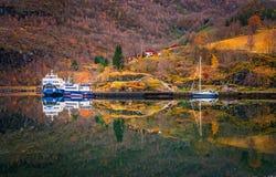 Σκάφη και βάρκες που δένονται σε Flam Στοκ Εικόνα