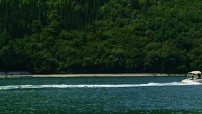 Σκάφη και βάρκες στον κόλπο Kotor απόθεμα βίντεο