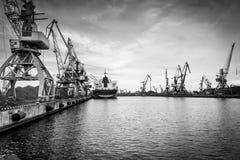 Σκάφη και γερανοί σε ένα τερματικό λιμένων Στοκ Φωτογραφία
