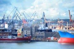 Σκάφη και γερανοί φορτίου στο Γντανσκ, λιμένας της Πολωνίας στοκ εικόνα με δικαίωμα ελεύθερης χρήσης
