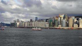 Σκάφη και πανιά φορτηγίδων στη θάλασσα ενάντια στο σκηνικό της μεγάλης πόλης φιλμ μικρού μήκους