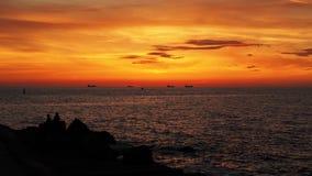 Σκάφη και πορτοκαλιά σύννεφα στο ηλιοβασίλεμα στοκ εικόνα