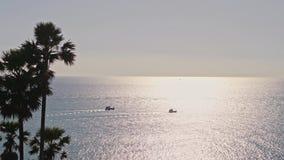 Σκάφη μακριά έξω σε μια θάλασσα που αφήνει τα ίχνη νερού κάτω από το φω απόθεμα βίντεο