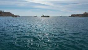Σκάφη ναυσιπλοΐας στη θάλασσα Η μετακίνηση των κίτρινων βαρκών -βάρκα-bathyscaphes τουριστών στην ανοικτή θάλασσα, ενάντια φιλμ μικρού μήκους