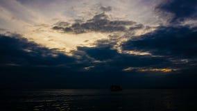 Σκάφη που έρχονται στο λιμένα στο ηλιοβασίλεμα Timelapse απόθεμα βίντεο