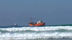 Σκάφη που επιπλέουν στη θάλασσα απόθεμα βίντεο