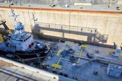 Σκάφη που περνούν μέσω του καναλιού Welland που συνδέουν τις διαδρομές μεταφορών του Καναδά και των ΗΠΑ στοκ φωτογραφία με δικαίωμα ελεύθερης χρήσης