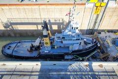 Σκάφη που περνούν μέσω του καναλιού Welland που συνδέουν τις διαδρομές μεταφορών του Καναδά και των ΗΠΑ στοκ εικόνες