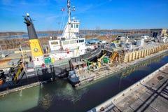 Σκάφη που περνούν μέσω του καναλιού Welland που συνδέουν τις διαδρομές μεταφορών του Καναδά και των ΗΠΑ στοκ εικόνες με δικαίωμα ελεύθερης χρήσης
