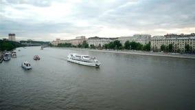 Σκάφη που πλέουν με τον ποταμό της Μόσχας απόθεμα βίντεο