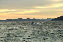 Σκάφη σε ένα υπόβαθρο ηλιοβασιλέματος στοκ εικόνα