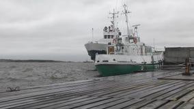 Σκάφη στην αποβάθρα που ταλαντεύεται στο θυελλώδη καιρό απόθεμα βίντεο