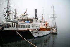 Σκάφη στην ομίχλη πρωινού Στοκ Εικόνες