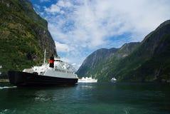 Σκάφη στη θάλασσα ακτή βουνών σε Homersfag, Ηνωμένο Βασίλειο Κρουαζιερόπλοια στο λιμάνι θάλασσας Προορισμός και ταξίδι κρουαζιέρα στοκ φωτογραφία