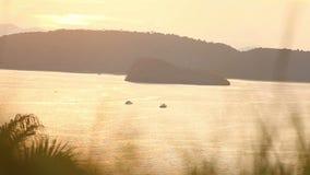 Σκάφη στη θάλασσα στο ηλιοβασίλεμα απόθεμα βίντεο