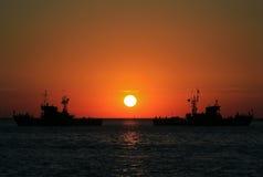 Σκάφη στη θάλασσα στο ηλιοβασίλεμα στοκ εικόνες με δικαίωμα ελεύθερης χρήσης