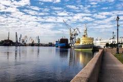Σκάφη στη φόρτωση που δένονται στην ακτή στοκ φωτογραφία με δικαίωμα ελεύθερης χρήσης
