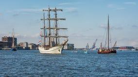 Σκάφη στον ποταμό IJ πίσω από τον κεντρικό σταθμό του Άμστερνταμ Στοκ εικόνες με δικαίωμα ελεύθερης χρήσης