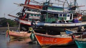 Σκάφη στο έδαφος μετά από τη βάρκα Ταϊλάνδη Longtail παλίρροιας απόθεμα βίντεο