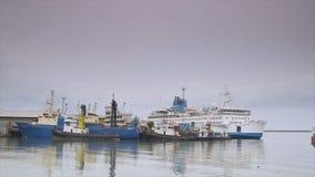 Σκάφη στο ελλιμενίζοντας τερματικό, λιμένας του Κόνακρι φιλμ μικρού μήκους