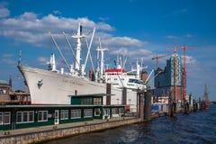 Σκάφη στο λιμάνι του Αμβούργο Στοκ Φωτογραφία
