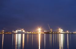 Σκάφη στο λιμένα του bakaritza λαμβάνοντας υπόψη τα φω'τα νύχτας κιβωτοί στοκ φωτογραφίες με δικαίωμα ελεύθερης χρήσης