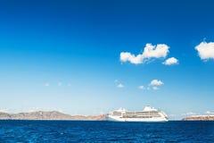 Σκάφη της γραμμής κρουαζιέρας κοντά στα ελληνικά νησιά Στοκ Εικόνα