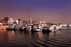 Σκάφη της γραμμής κρουαζιέρας στον ποταμό Νείλος που δένεται σε Edfu, Αίγυπτος στοκ φωτογραφία με δικαίωμα ελεύθερης χρήσης