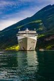 Σκάφη της γραμμής κρουαζιέρας στο φιορδ Geiranger, Νορβηγία Στοκ Φωτογραφίες