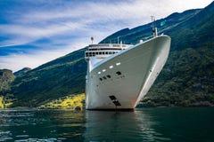 Σκάφη της γραμμής κρουαζιέρας στο φιορδ Geiranger, Νορβηγία Στοκ Φωτογραφία