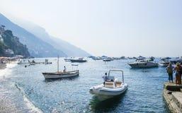 Σκάφη τουριστών στο visitfamous και γραφικό λιμένα σε Positano Στοκ Φωτογραφίες