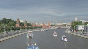 Σκάφη του Κρεμλίνου και γύρου σε έναν ποταμό απόθεμα βίντεο