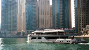 Σκάφος αναψυχής που πλέει κάτω στη μαρίνα του Ντουμπάι απόθεμα βίντεο