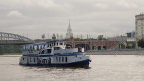 Σκάφος αναψυχής που πλέει πέρα από τον ποταμό της Μόσχας Στοκ φωτογραφία με δικαίωμα ελεύθερης χρήσης