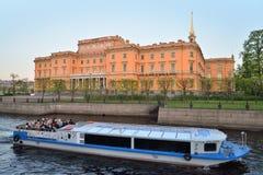 Σκάφος αναψυχής στον ποταμό Fontanka στο ηλιοβασίλεμα Στοκ Εικόνα
