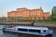 Σκάφος αναψυχής στον ποταμό Fontanka στο ηλιοβασίλεμα Στοκ Φωτογραφία
