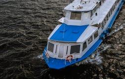σκάφος αναψυχής στο μπλε και το λευκό ποταμών στοκ φωτογραφίες