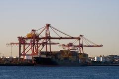 σκάφος αποβαθρών φορτίο&upsilo Στοκ Φωτογραφίες