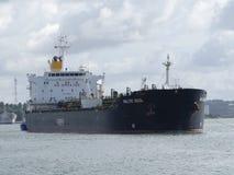 Σκάφος βυτιοφόρων κάτω από τις διαδικασίες ελιγμού Στοκ φωτογραφία με δικαίωμα ελεύθερης χρήσης